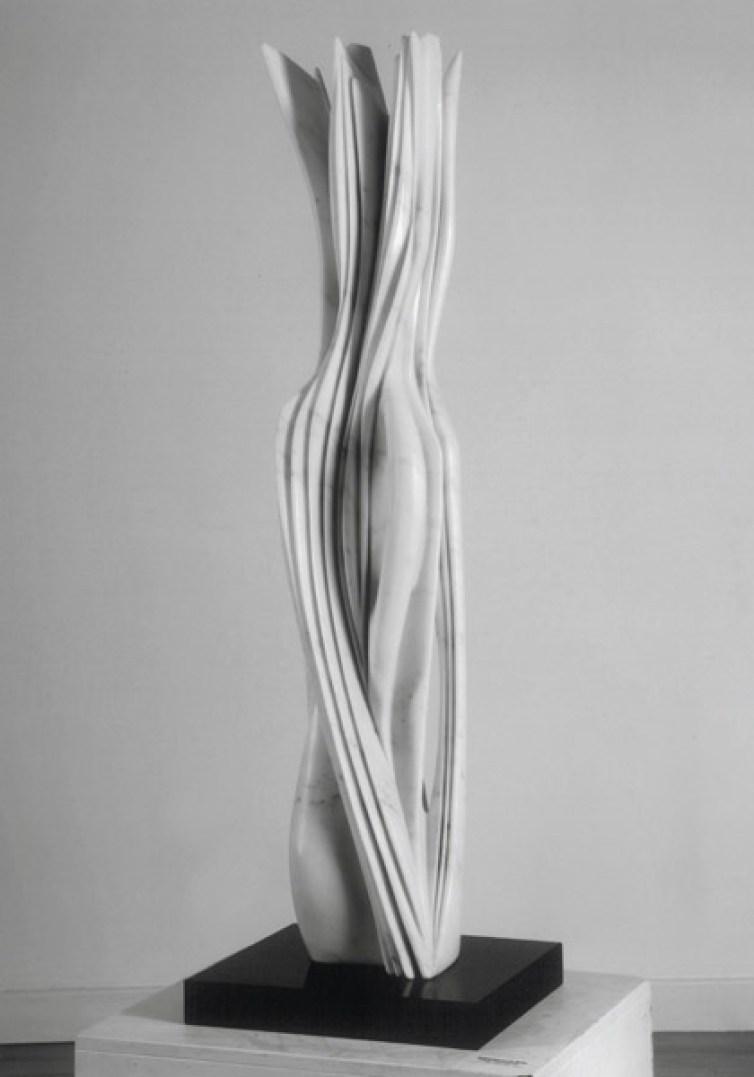Pablo Atchugarry, Senza titolo, 2009, marmo bianco di Carrara, cm 130x23x18 Courtesy Galerie Tornabuoni Art Paris
