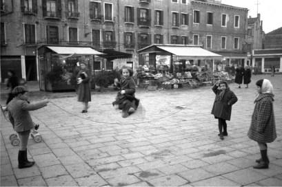 Gianni Berengo Gardin, Venezia 1958, Campo Santa Margherita. Bambini giocano al salto della corda © Gianni Berengo Gardin/Contrasto