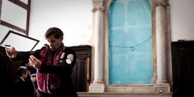 Miltos Manetas, The Unconnected, III Padiglione Internet, Oratorio di San Ludovico, Calle dei Vecchi, Venezia. Performance con Enrico Ghezzi. Foto: Gaetano Alfano