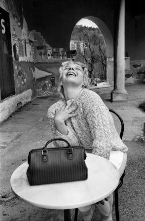 """Uliano Lucas, Al bar """"Il posto delle fragole"""" nell'ex-ospedale psichiatrico, Trieste, 1988 © Uliano Lucas"""