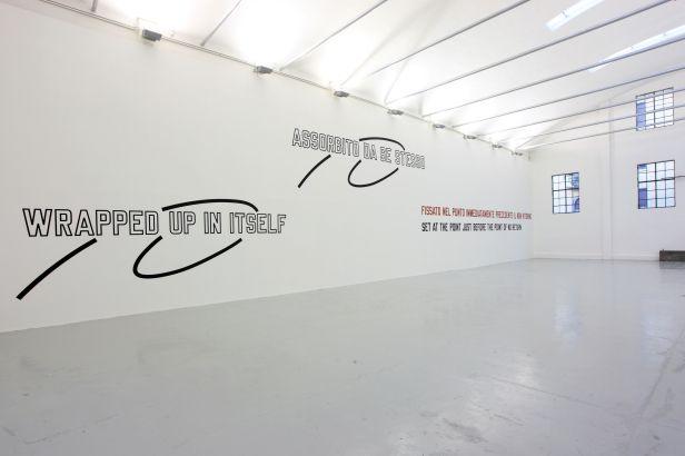 Lawrence Weiner, Mens Rea, 2013, linguaggio + materiali di riferimento, dimensioni variabili Photo Paolo Pellion Courtesy Galleria Giorgio Persano Torino