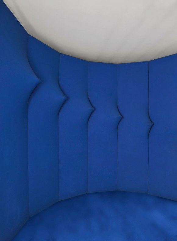 Agostino Bonalumi, Blu abitabile (Inhabitable Blue), 1967 Shaped canvas and vinyl tempera 16 elements, 300 x 70 cm each Internal diameter 300 cm Bonalumi Archive, Milan Installation at Robilant + Voena, London, 2013 (detail)