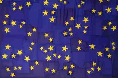 Serena Vestrucci, Strappo alla regola, 2013, tela di bandiere europee, filo di cotone, 18x5 metri, tre mesi Courtesy Otto Zoo