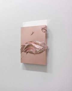 Jason Martin. Sculpture as painting. Veduta della mostra, Lisson Gallery, Milano. In primo piano: Cabo, 2013 Rose gold 40.5 x 30.5 x 8 cm © the artist; Courtesy, Lisson Gallery, London