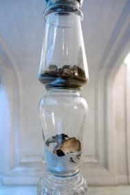 Maria Elisabetta Novello, Vasi comunicanti, 2013, vasi antichi in vetro e cenere
