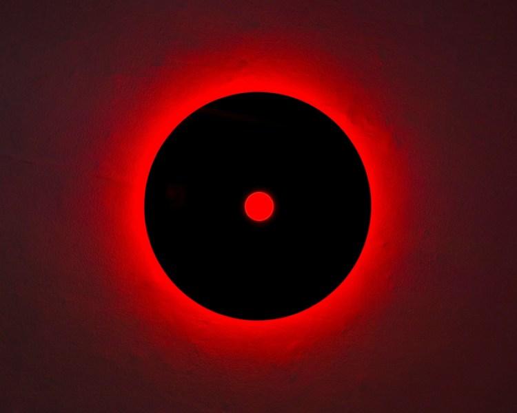 Nanda Vigo, Genesis Light, 2006, cristallo nero e neon rosso, diam. esterno cm 85, interno cm 11 - Courtesy: MAAB Gallery, Milano-Padova