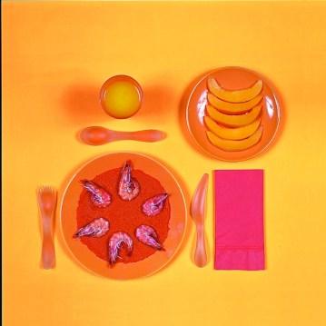 Sophie Calle Le régime chromatique, 1997 7 fotografie, testi, menu, mensola 30 x 30 cm (6 foto) + 49 x 73,5 cm (1 foto) Courtesy l'artista e Galerie Perrotin, Parigi/New York