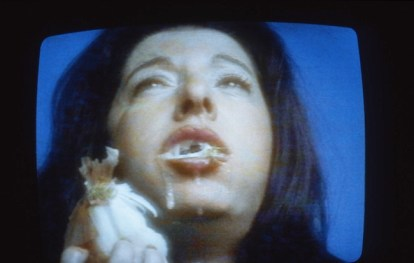 Marina Abramović The onion, 1995 Performance for video 10 minutes UTA Dallas © Marina Abramović Courtesy Marina Abramović e Galleria Lia Rumma, Milano/Napoli