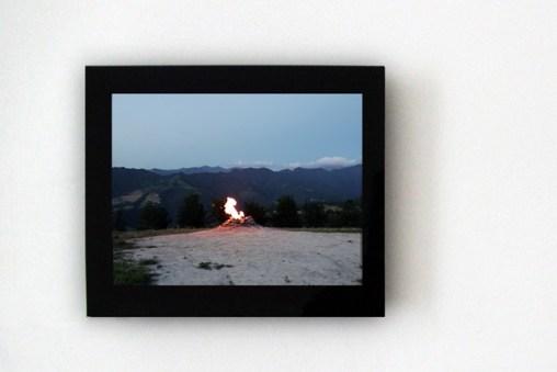 """Silvia Camporesi, Breve storia dell'infinito 2010 installation view Video in loop, digital frame 15"""", courtesy artista e Z2O Galleria l Sara Zanin"""