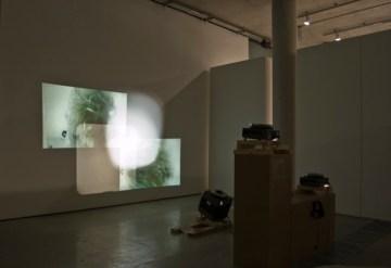 Disruption in Linear Thinking,proiezione di diapositive su due canali,sonoro , 20'59'', loop, dimensione variabili 2011,4 proiettori di diapositive, struttura di legno,veduta dell'installazione Lethaby Gallery Londra