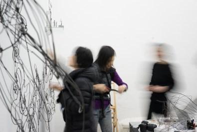 Chizu Kobayashi al lavoro, foto di Grégoire Dupond, courtesy Studio Miro e l'artista