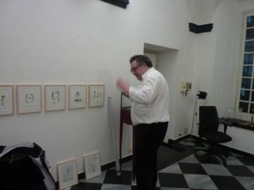 Pavel Schmidt durante l'allestimento della mostra all'UnimediaModern Contemporary Art a Genova