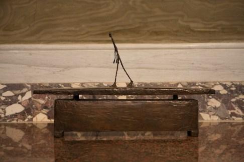 Giacometti. La Scultura, Galleria Borghese, Roma - Moi me hâtant dans une rue sous la pluie, 1948 c.a., bronzo 4/6, Alexis Rudier Fondeur, cm. 46 x 77 x 15, Kunsthaus Zurich. copyright Alberto Giacometti Estate/by SIAE in Italy 2014.