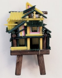 Chen Zhen, Un Village sans frontières, 2000, sedia, candele, 54x33x25 cm Courtesy ADAC – Association des Amis de Chen Zhen Photo Sandrine Aubry