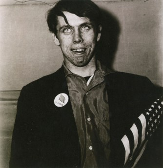 Diane Arbus, Patriotic Young Man with a Flag, NYC, 1967, stampa alla gelatina ai sali d'argento