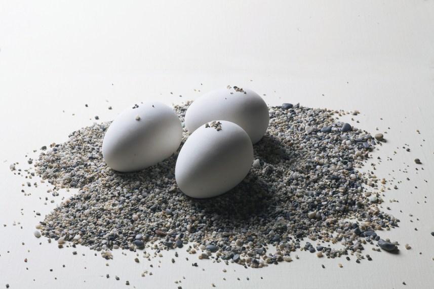 Emilio Scanavino, Scultura, 1968, sabbia e uova in terracotta smaltata, dimesioni variabili