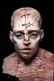 Christian Zucconi, Testa II 30x20,5x41Travertino persiano, ferro e cera 2014