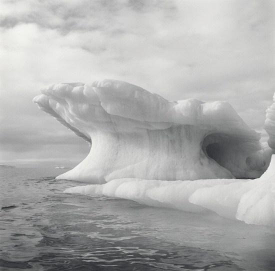 Lynn Davis Iceberg III, Disko Bay, Greenland - 2004 Stampa ai sali d'argento, virata all'oro, 91,5 x 91 cm / Gold toned gelatin silver print Courtesy Studio la Città - Verona