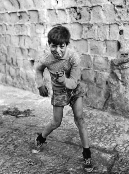 """Mario Cattaneo. Dalla serie """"Vicoli"""", Napoli, anni Cinquanta, Copyright: autori e Museo di Fotografia Contemporanea"""