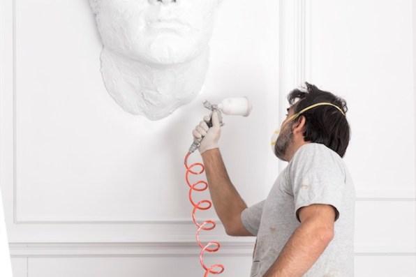 """L'artista al lavoro per l'installazione di """"Serenissima Babel"""" al Caffé Florian, ph. Yorick Photography"""
