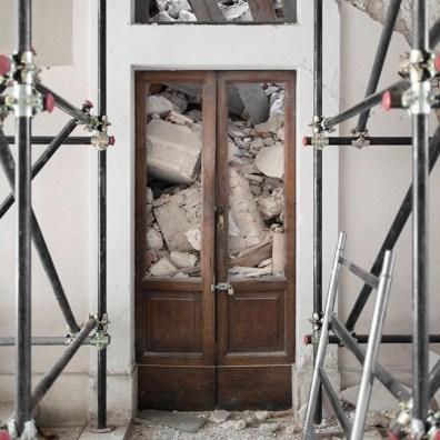 Quattro, TerraProject Photographers, L'Aquila, novembre 2009. Il Palazzo del Governo in Piazza della Repubblica, parzialmente crollato durante il sisma dell'aprile 2009.