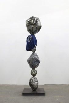 Nick van Woert, Maia, 2014 acciaio, pittura spray, maglietta di Maia Ruth Lee, cera 76.2 x 76.2 x 274.3 cm courtesy l'artista e Grimm Gallery, Amsterdam