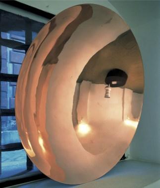 Marco Bagnoli, Janua Coeli, 1988, rame, diametro 90x20 cm, Collezione privata Foto Nanda Lanfranco