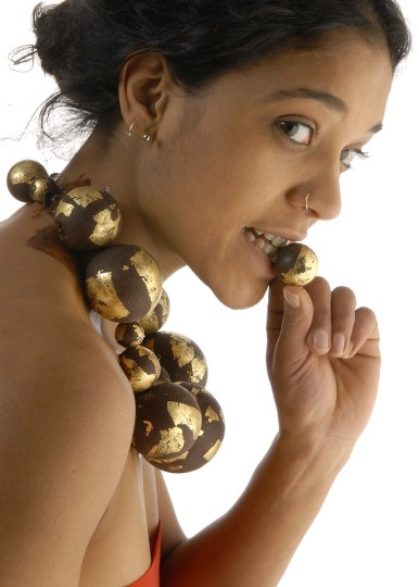Barbara Uderzo BIJOUX-CHOCOLAT boules, anello e colliercioccolato fondente, foglia d'oro puro, foto Augusto Collini