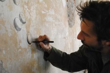 Andrea Bianconi al lavoro ngeli spazi Atipografia per Tunnel City