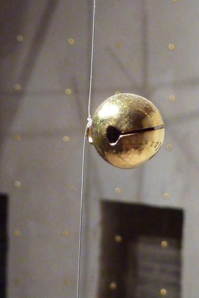 Gianni Moretti, La seconda stanza, 2012, camanellini, legno, fascette autobloccanti, piccoli motori vibranti, sensore di movimento, filo di nylon, 387x350x295 cm (dettaglio), courtesy dell'artista