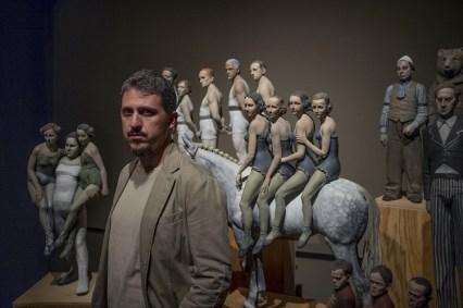 Il vincitore Daniele Franzella, alle spalle la sua opera Qualcuno non sia solo (terracotta policroma, 2013), Ph. Pitrone, LGT