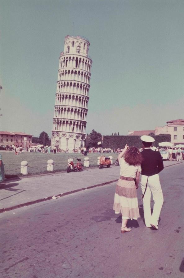 Luigi Ghirri, Pisa 1979, Serie Paesaggio italiano e Topographie-Iconographie, 1979, 36,3X24,2 cm, stampa cromogenica da negativo 24X36 mm, courtesy Galleria Poggiali e Forconi.