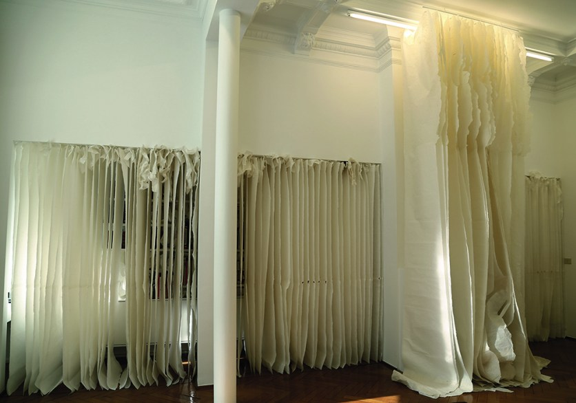 Lin Yan, Blank Pages, 2014, xuan paper, installation, 715 x 395 x 250 cm, © Officina Lin Yan 2014