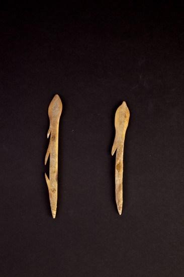 Punta di arpione Groenlandia, ante 1908, osso 19x2x0.5 cm, Museum der Kulturen Basel, VII 21; Punta di arpione Groenlandia, ante 1908, osso, 17.5x2x0.5 cm, Museum der Kulturen Basel, VII 22 © SchPhoto
