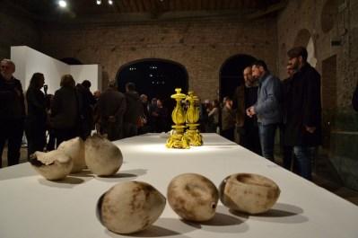 BACC | Biennale d'Arte Ceramica Contemporanea. La Ceramica Altrove. Edizione 2014 veduta degli allestimenti, Scuderie Aldobrandini di Frascati, Roma, in primo piano SABINE PAGLIARULO - in secondo piano Giuseppe Ducrot