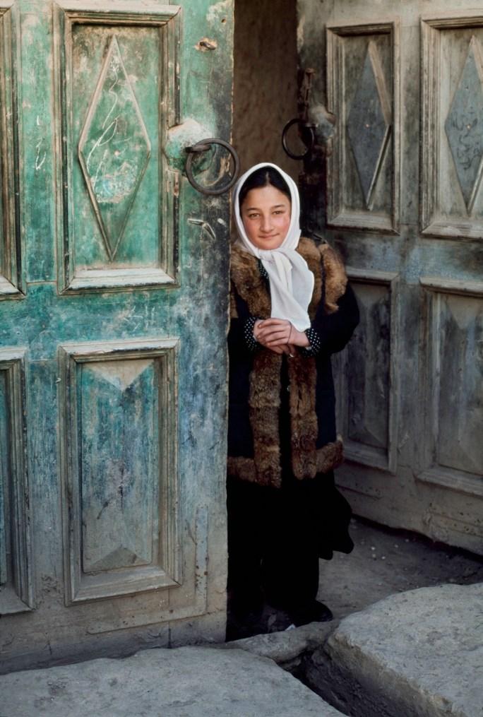 Steve McCurry, Ragazza sull'uscio, Afghanistan, 2003 © Steve McCurry