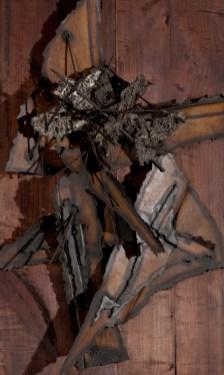 Pierluca, Opera 25, 1958, (dettaglio), bronzo in lamina e metallo lavorato a fuoco su base in assi di legno, 140x65x30 cm (ingombro massimo in spessore), firmato e datato in basso al centro su lamina di metallo, A010133S/14158