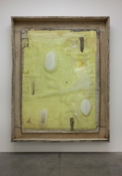 Lawrence Carroll, Untitled, Freezing Painting, 2013-2014, olio, cera, tela su legno, acciaio, ghiaccio, apparecchio refrigerante Courtesy Galerie Karsten Greve Foto Antonio Maniscalco