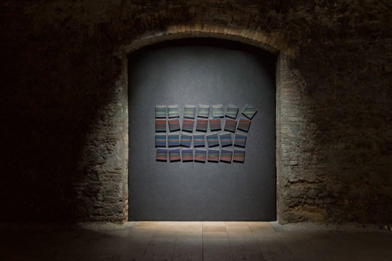 Támas Jovanovics, Nonostante II., 2011, matita e acrilico su carta telata, 28 tele da 20x20 cm ciascuna