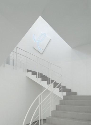 François Morellet, La fuite enchantée des Beaux-Arts n° 4, 2014, acrilico su tela e neon blu, 134x141 cm, veduta parziale dell'esposizione, A arte Invernizzi, Milano Courtesy A arte Invernizzi, Milano Foto Bruno Bani, Milano