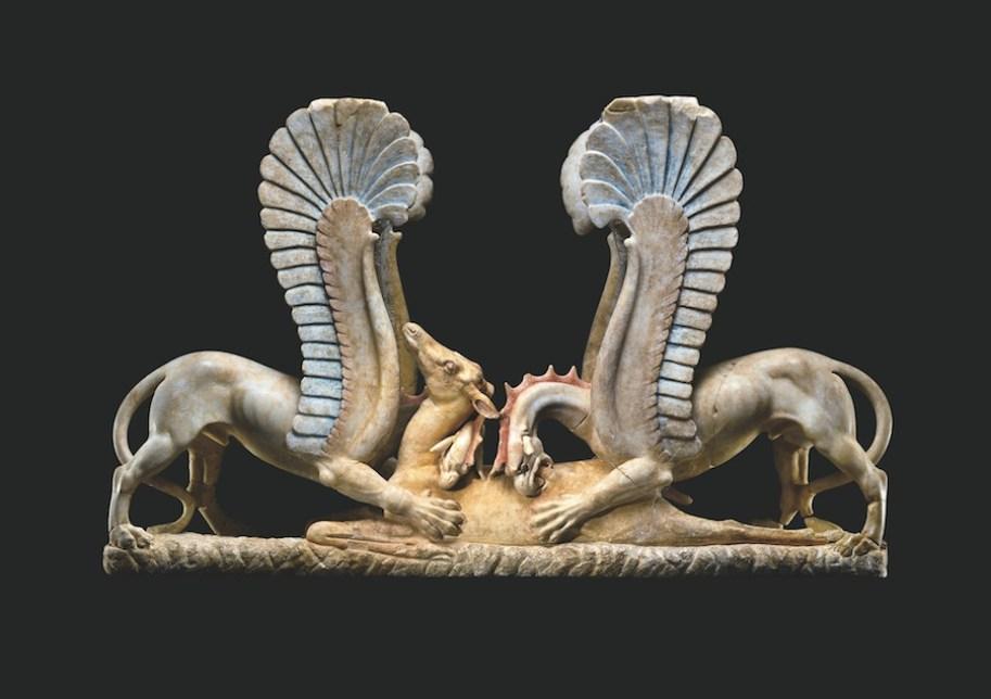 Sostegno di mensa (trapezophoros) con due grifi che sbranano una cerva, 325-300 a.C. circa, marmo, 95x148 cm, già J. Paul Getty Museum, Malibù (85.AA.106), da uno scavo clandestino, tra il 1976 e il 1978, di una tomba ad Ascoli Satriano (FG), rientrato in Italia nel 2007