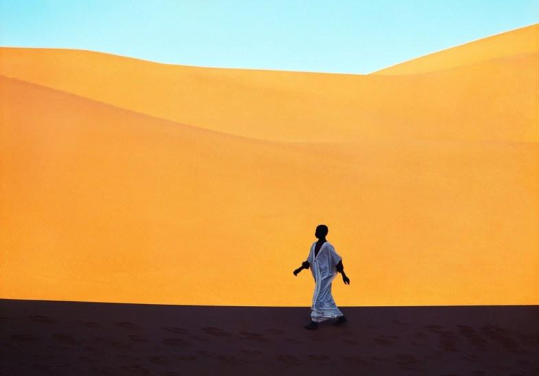 Kazuyoshi Nomachi, Un ragazzo attraversa una valle di dune Kerzaz, Algeria, 1972 © Kazuyoshi Nomachi