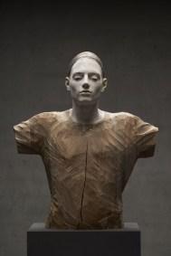 Bruno Walpoth, Amore e ombra, 2015, legno di noce, cm 76x65x31_foto Egon Dejori
