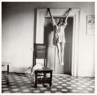 Francesca Woodman, Untitled, Rome, Italy, 1977–1978/2006 Schwarz-Weiß-Silbergelatineabzug auf Barytpapier/ Black-and-white gelatin silver print on barite paper © Courtesy George and Betty Woodman, New York / SAMMLUNG VERBUND, Wien