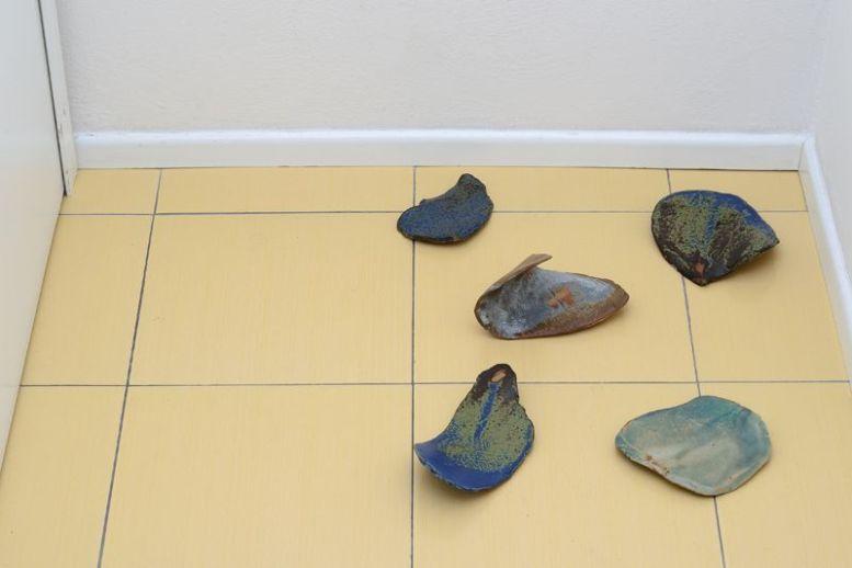 Kate Newby, Best possible time ever, 2014, ceramica cotta ad alta temperatura e smalto, 5 elementi dimensioni variabili Foto Michele Alberto Alberto Sereni