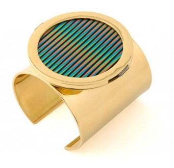 Carlos Cruz Diez, Chromointereference, 2013, bracciale in oro 18k, acrilico con pigmento UV, ø cm 6, ed. 5