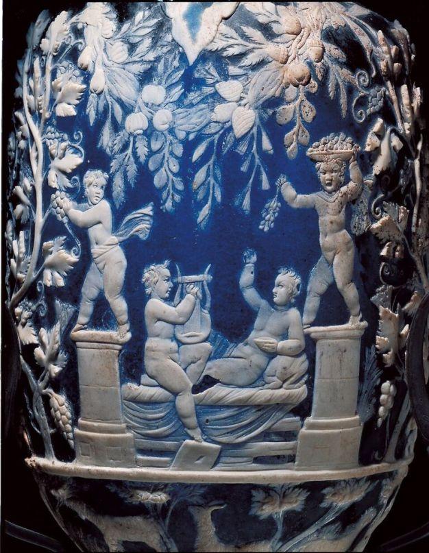 Anforisco detto Vaso Blu: eroti vendemmianti, da Pompei, metà I secolo d.C., vetro-cammeo, altezza 32 cm, diametro bocca 6 cm, Museo Archeologico Nazionale, Napoli (inv. 13521)