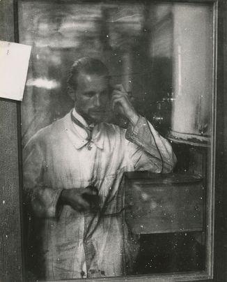 JAKOB TUGGENER, Autoritratto, Zurigo, 1927 © Jakob Tuggener Foundation, Uster