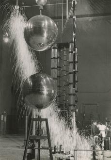 JAKOB TUGGENER, Laboratorio di ricerca, fabbrica di costruzioni meccaniche Oerlikon, 1941 © Jakob Tuggener Foundation, Uster