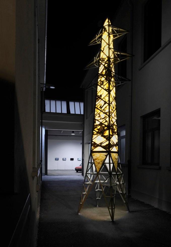 Fabio Viale, Obelisco, 2015, marmo bianco arabescato, acciaio, LED, altezza m. 6,10
